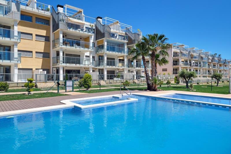 Het hoge stijgings woonhuis met meerdere verdiepingen sloot urbanisatie met zwembad, Torrevieja, Spanje royalty-vrije stock afbeeldingen