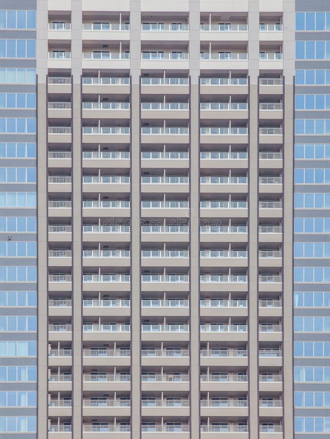 Het hoge stijgingsgebouw binnen de stad in royalty-vrije stock foto's