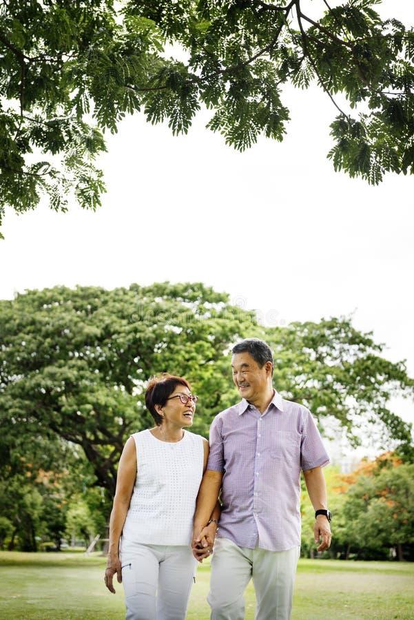 Het hogere Aziatische Concept van de Paar in openlucht Aard stock afbeelding
