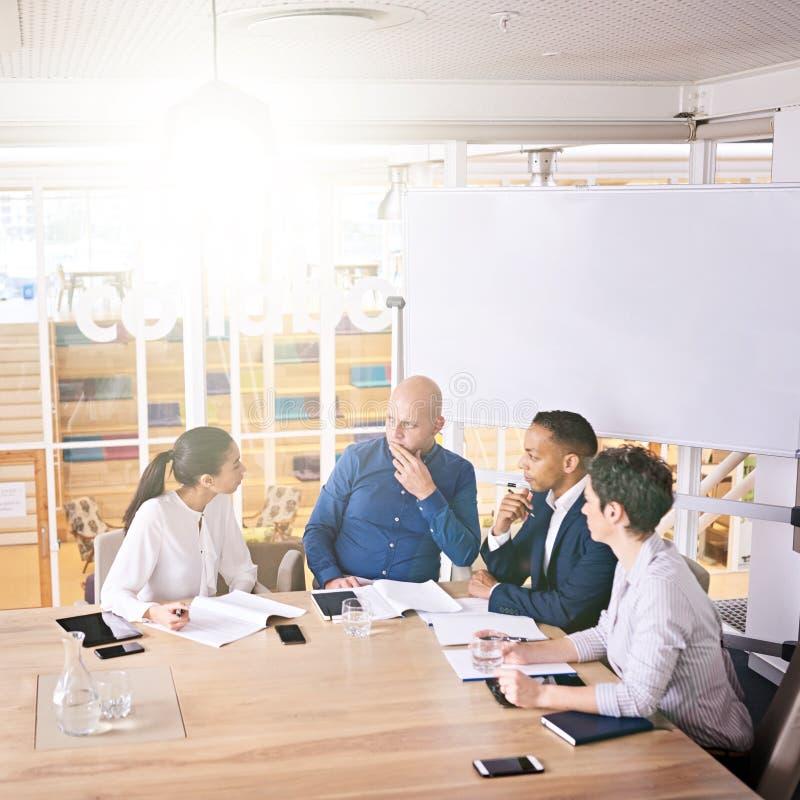Het hogere beheer bespreken stratergy op hun wekelijkse zonsopgangvergadering royalty-vrije stock foto
