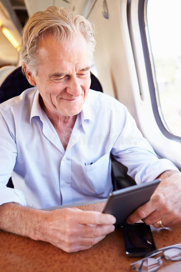 Het hogere Boek van de Mensenlezing E op Treinreis royalty-vrije stock foto's