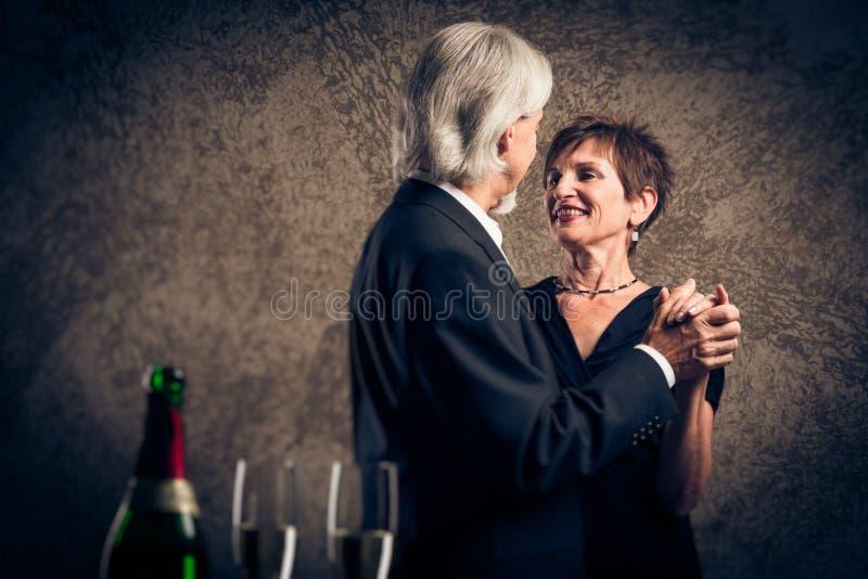 Het hogere Echtpaar Dansen royalty-vrije stock afbeeldingen