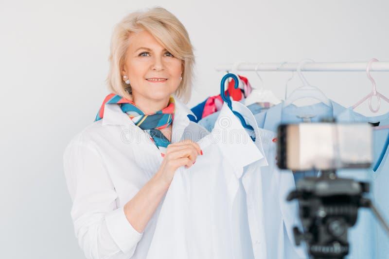 Het hogere het geld van modetrends modieuze blogger maken royalty-vrije stock foto's