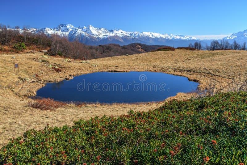 Het hogere Khmelevskoye-Meer riep Zerkalnoye op sneeuw de Bergpieken van de Kaukasus en duidelijke blauwe hemelachtergrond Toneel stock foto's