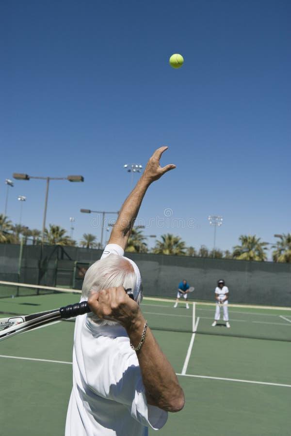 Het hogere Mannelijke Tennisspeler Dienen royalty-vrije stock fotografie