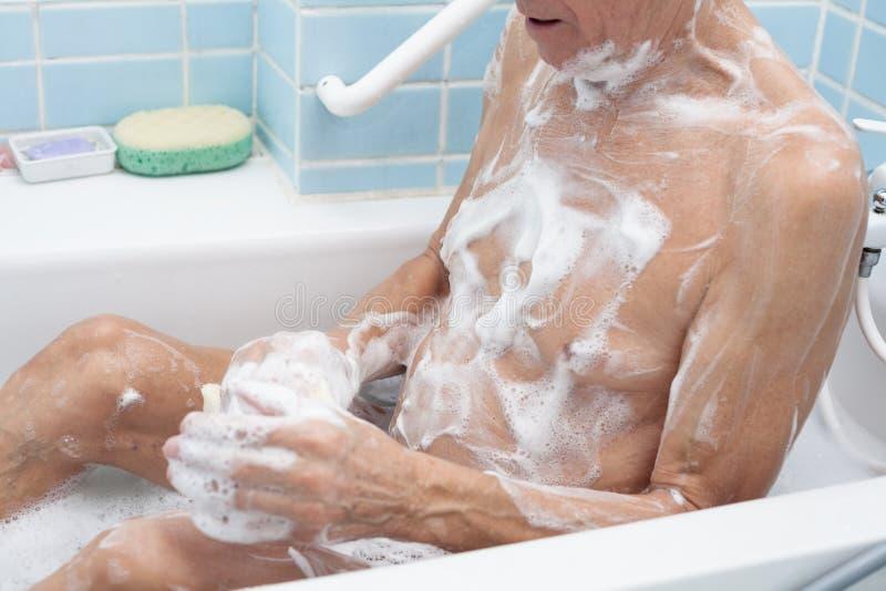 Het hogere mens baden stock afbeelding