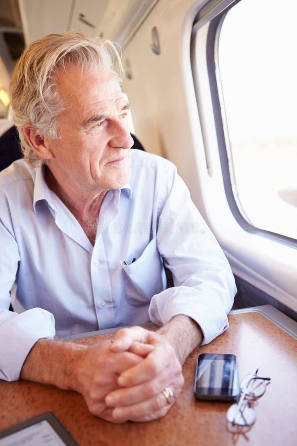 Het hogere Mens Ontspannen op Treinreis royalty-vrije stock afbeeldingen