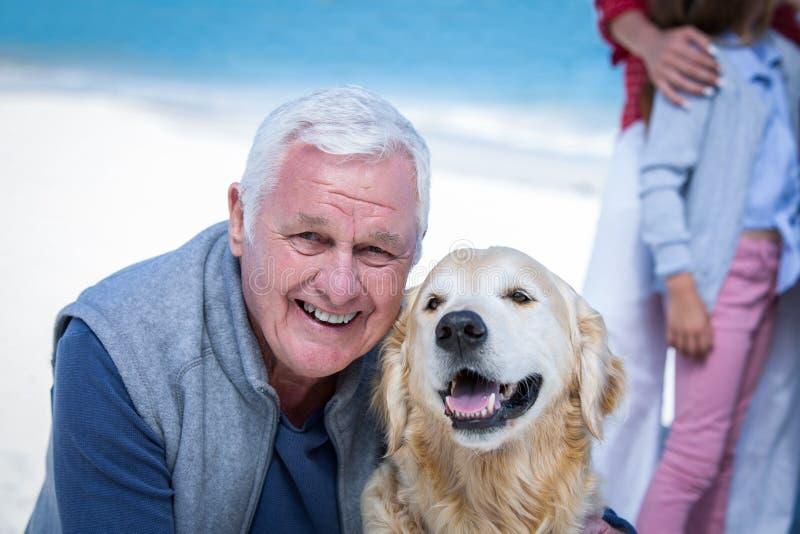 Het hogere mens stellen met zijn hond royalty-vrije stock foto