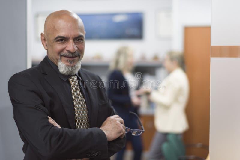 Het hogere mensenportret stellen in bureau het glimlachen royalty-vrije stock foto
