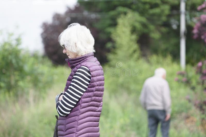 Het hogere oude paar samen met de ziekte van zwakzinnigheidshersenen voelt droevig en verlies van liefde stock afbeeldingen
