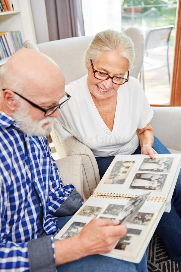 Het hogere paar bekijkt oude familiefoto's royalty-vrije stock foto's