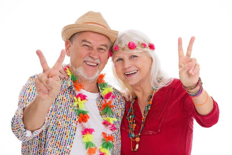 Het hogere paar kleedde zich als een hippie stock fotografie