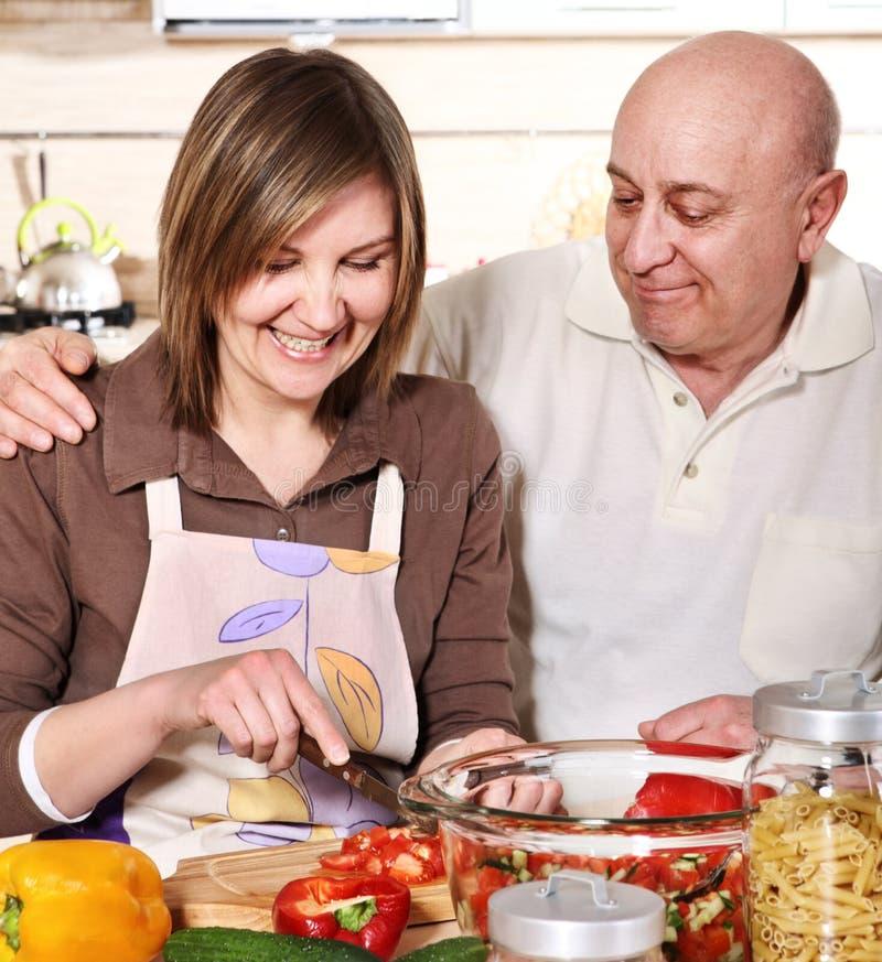 Het hogere paar koken bij keuken royalty-vrije stock foto's