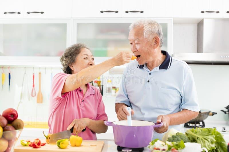 Het hogere paar koken in keuken royalty-vrije stock foto's