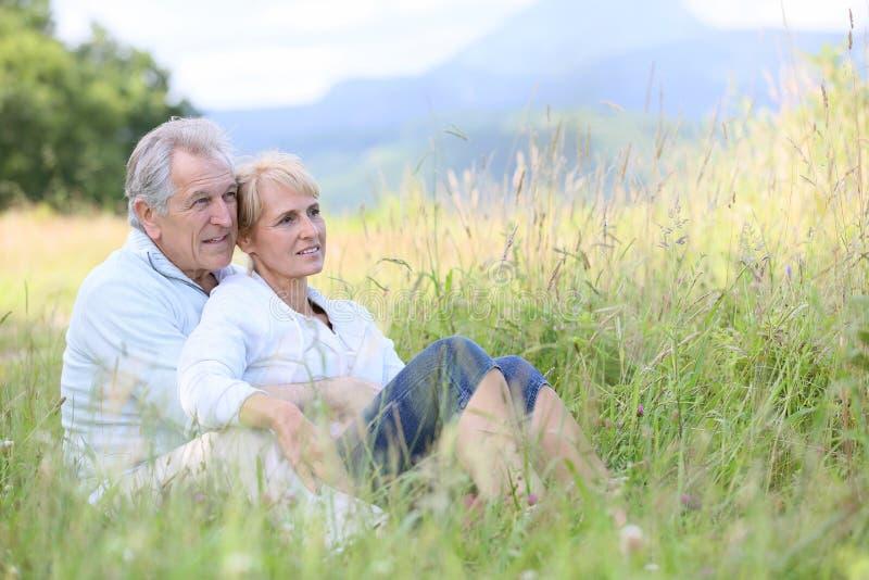 Het hogere paar ontspannen in platteland royalty-vrije stock foto