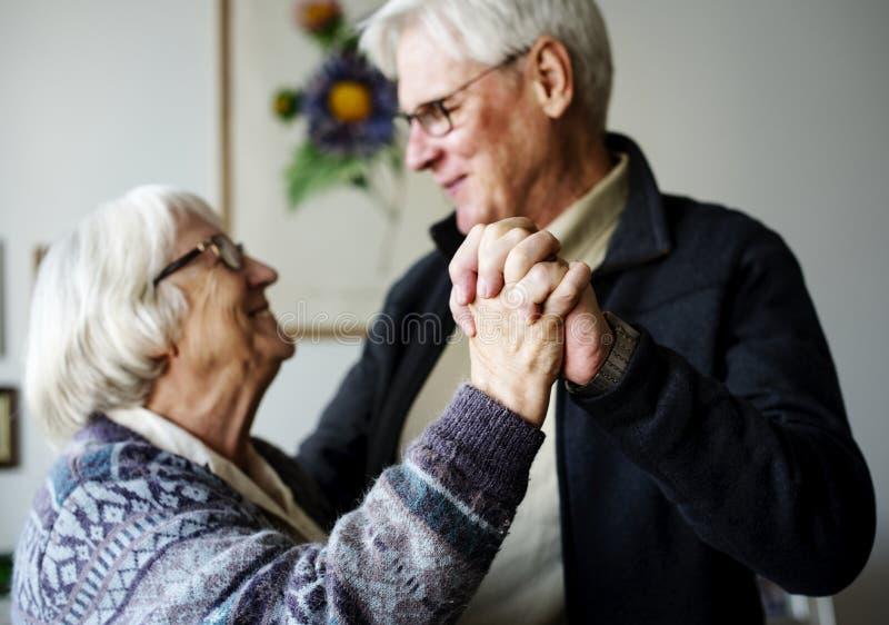 Het hogere paar romantisch dansen samen royalty-vrije stock afbeelding
