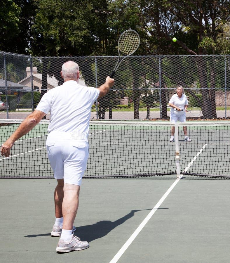 Het hogere Paar speelt Tennis stock afbeeldingen