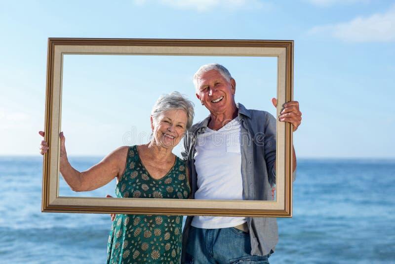 Het hogere paar stellen met een kader royalty-vrije stock fotografie