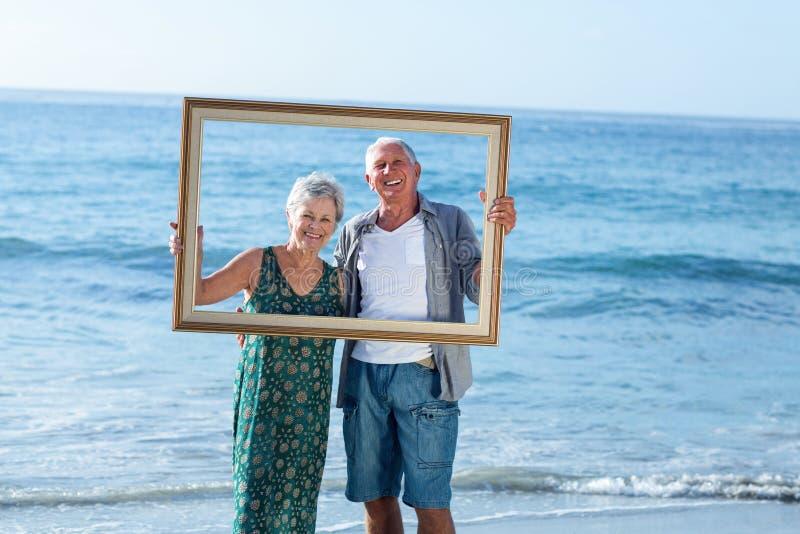 Het hogere paar stellen met een kader royalty-vrije stock foto