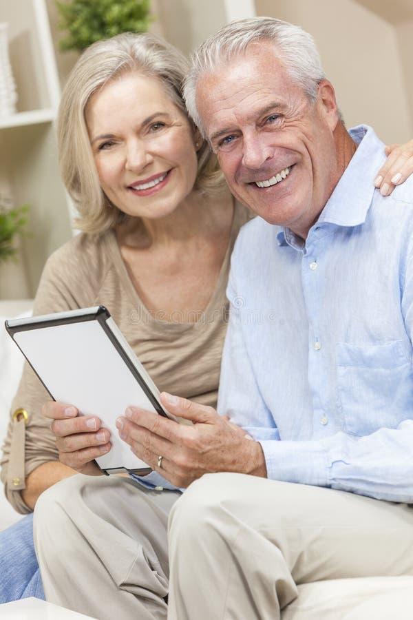 Het hogere Paar van de Man & van de Vrouw op de Computer van de Tablet stock foto's