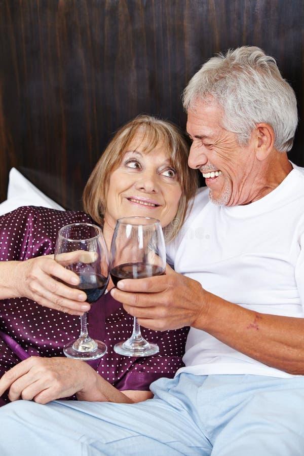 Het hogere paar vieren met wijn royalty-vrije stock foto