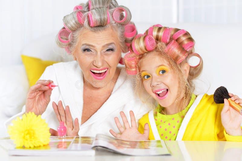Het hogere vrouw en kleindochter doen maakt omhoog royalty-vrije stock afbeeldingen