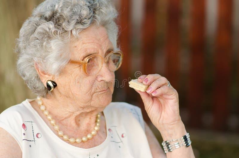 Het hogere vrouw eten stock foto's