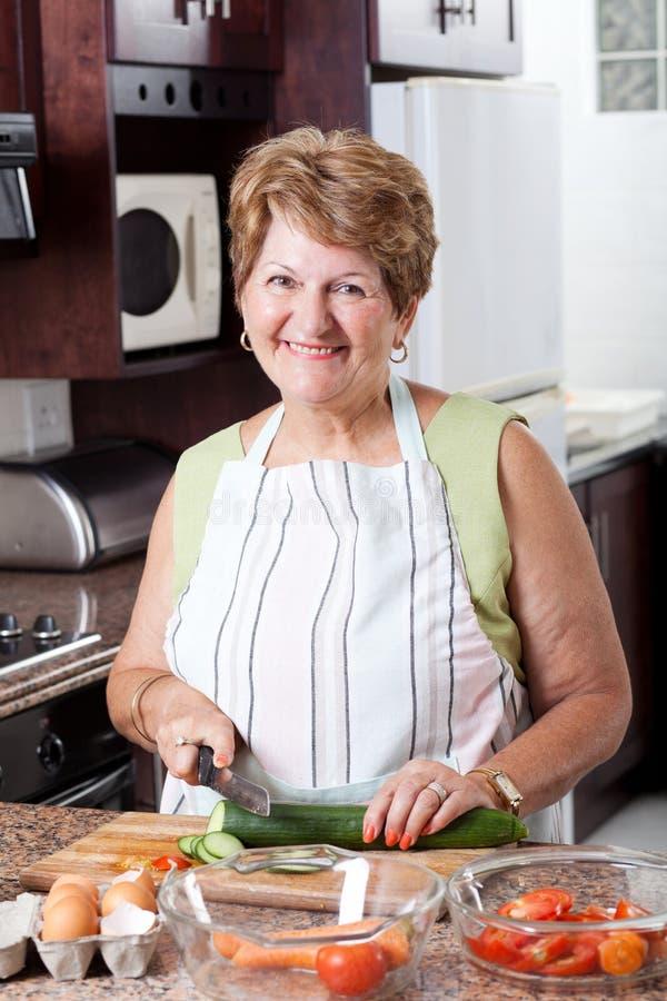 Het hogere vrouw koken royalty-vrije stock foto