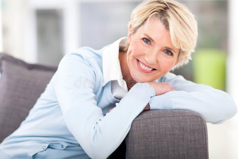 Het hogere vrouw ontspannen royalty-vrije stock afbeeldingen