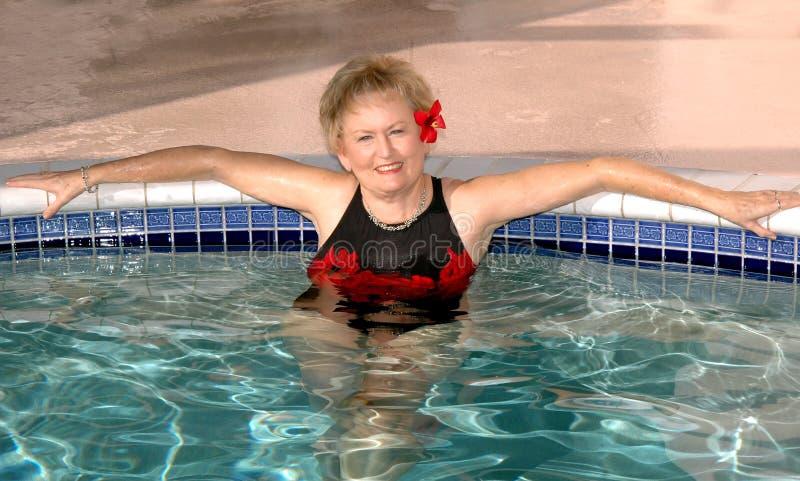 Het hogere vrouw ontspannen in de pool royalty-vrije stock afbeelding