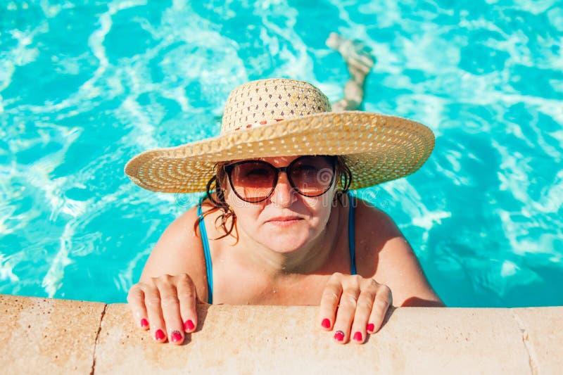 Het hogere vrouw ontspannen in hotel zwembad Mensen die de zomer van vakantie genieten Inclusief allen stock foto's