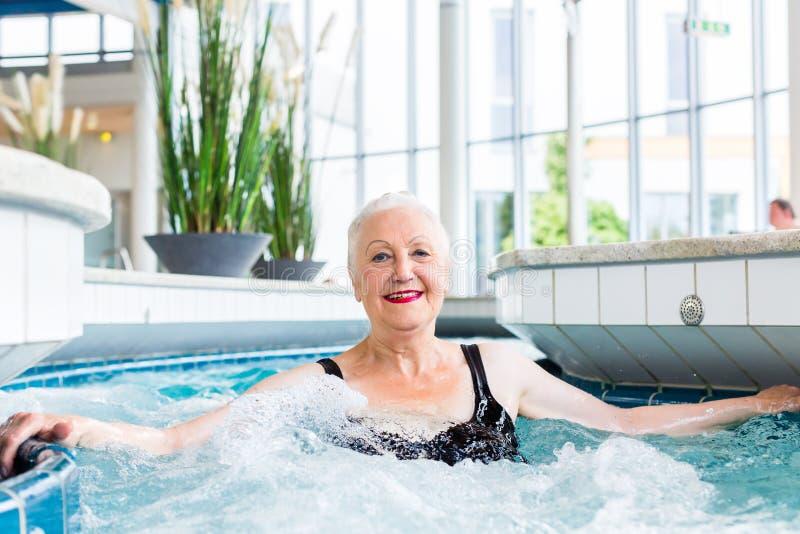 Het hogere vrouw ontspannen in wellness spa royalty-vrije stock fotografie