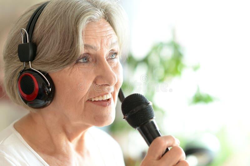 Het hogere vrouw zingen royalty-vrije stock afbeeldingen