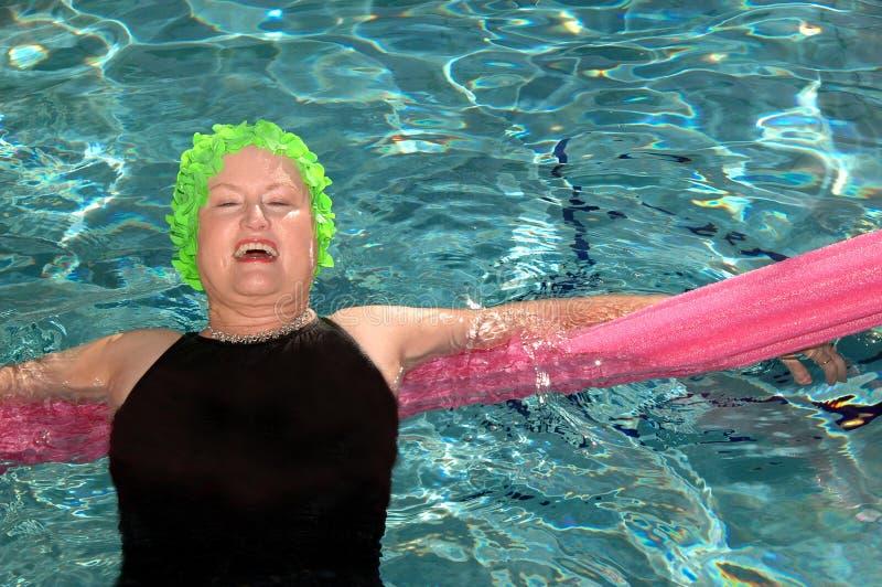 Het hogere vrouw zwemmen royalty-vrije stock fotografie