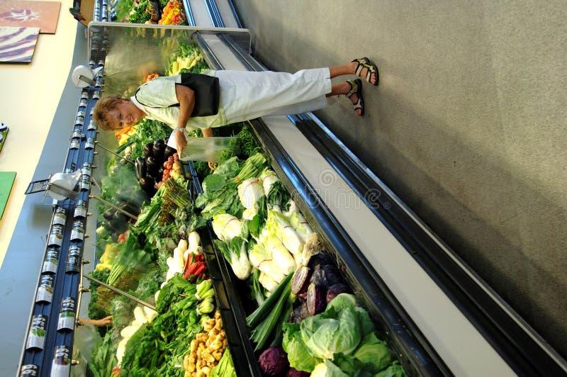 Het hogere vrouwenkruidenierswinkel winkelen stock afbeeldingen