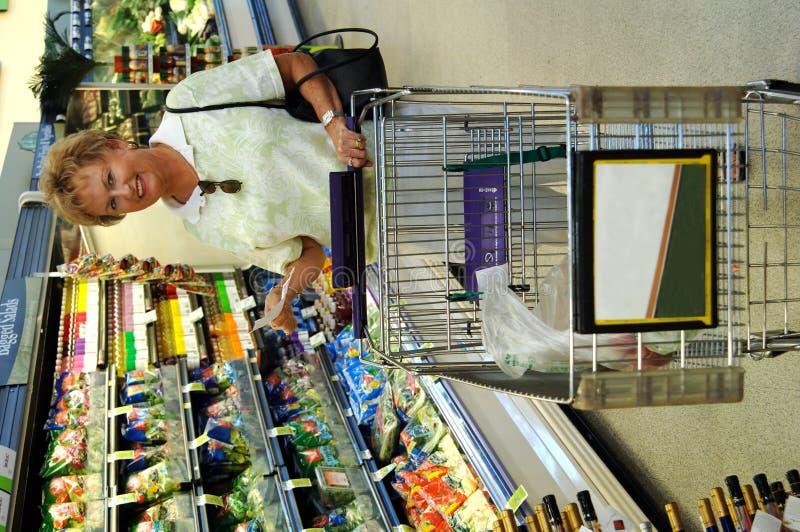 Het hogere vrouwenkruidenierswinkel winkelen royalty-vrije stock foto
