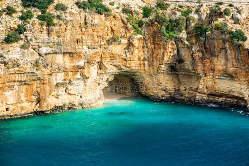 Het hol op de manier aan Demre - Finike Detail van geërodeerde rots Kas, Antalya, Turkije stock foto