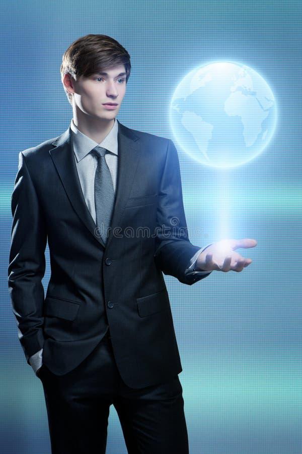 Het hologram van de zakenmanholding van de aarde stock afbeeldingen