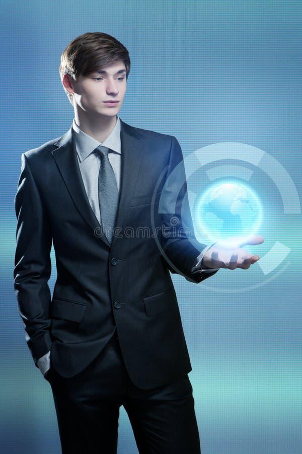 Het hologram van de zakenmanholding van de aarde stock foto
