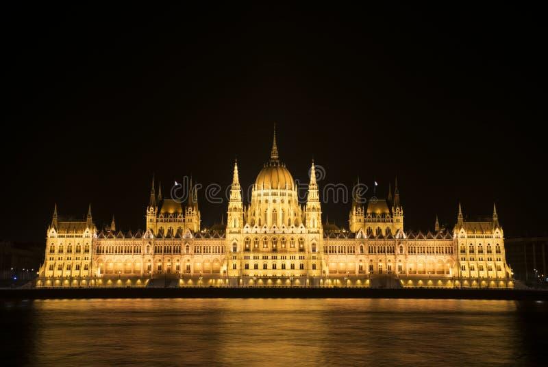 Het Hongaarse Parlement bij nacht stock fotografie
