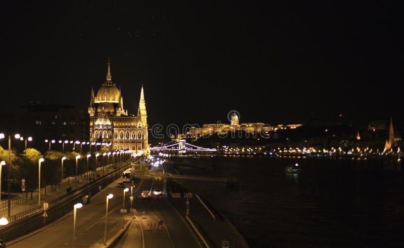 Het Hongaarse Parlement bij nacht stock afbeeldingen