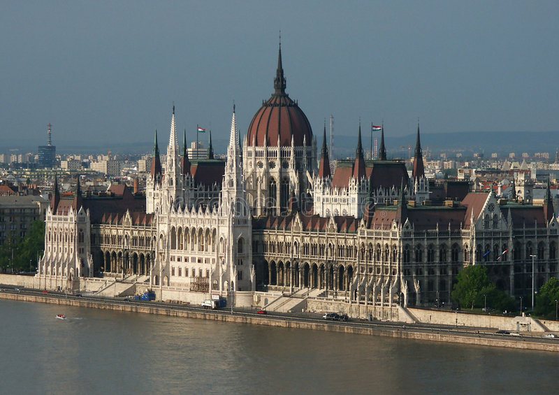 Download Het Hongaarse Parlement Door De Rivier Van Donau Stock Foto - Afbeelding bestaande uit daken, gebouwen: 39454