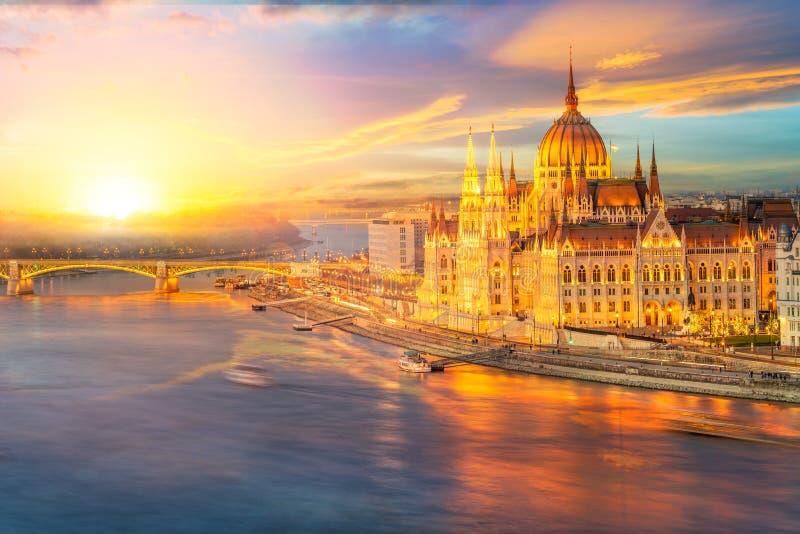 Het Hongaarse Parlement en de rivier van Donau, Boedapest stock afbeelding