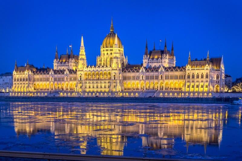 Het Hongaarse parlement met bezinning in de rivier van Donau bij nacht, Hongarije, Boedapest stock foto's