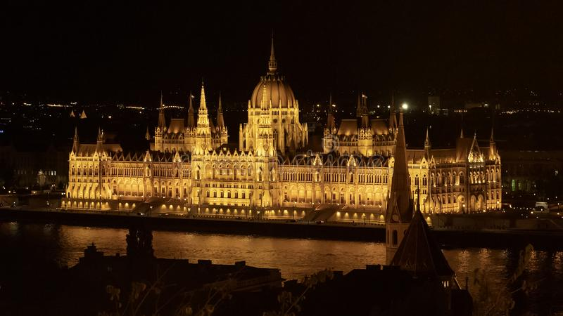 Het Hongaarse Parlementsgebouw bij nacht, van de Ongediertekant van de Rivier Donau, Hongarije royalty-vrije stock foto's