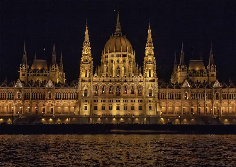 Het Hongaarse Parlementsgebouw bij nacht, van de Rivier van Donau stock foto
