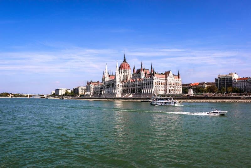 Het Hongaarse Parlementsgebouw langs de Rivier van Donau in Boedapest, de Hoofdstad van Hongarije royalty-vrije stock afbeelding