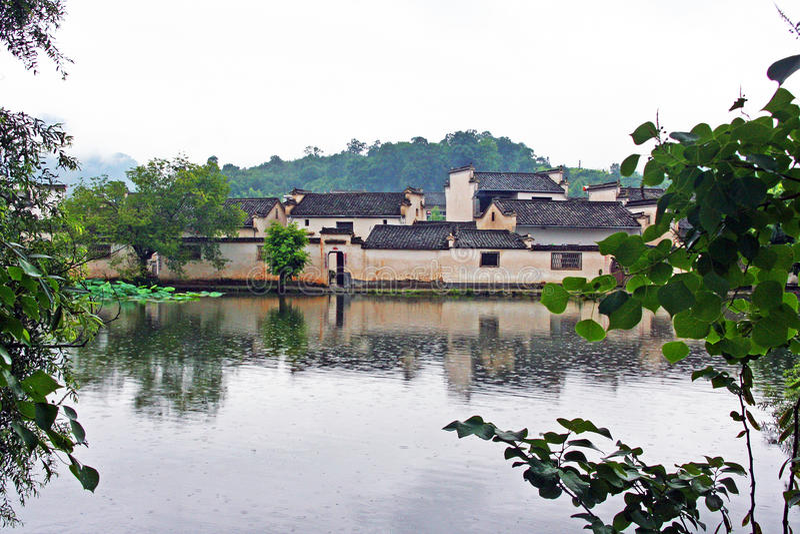 Het Hongcundorp enshrouded met mist in Anhui-provincie, China royalty-vrije stock fotografie