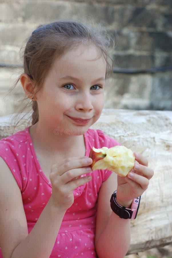 Het hongerige Meisjeportret die de Rode Openlucht Gezonde Snack van Apple voor Jonge geitjes eten bijt het Fruit Apple Meisje in  royalty-vrije stock foto