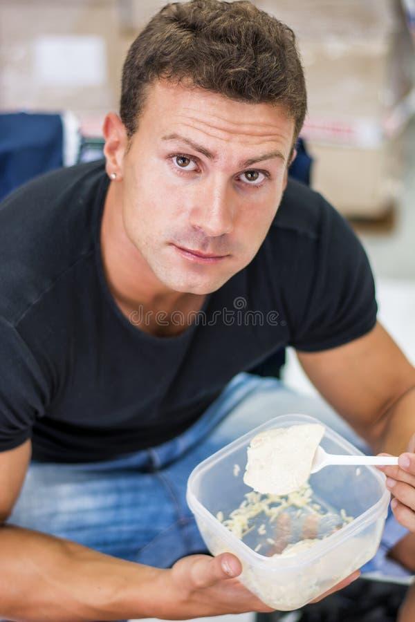Het hongerige spier shirtless mens gulping onderaan voedsel royalty-vrije stock foto